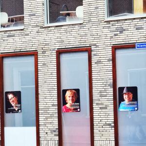 Overzichtsexpositie van de Culturele Ronde op de stadhuis-ramen